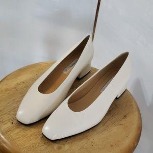 Liz Claiborne new* ladies cream pumps